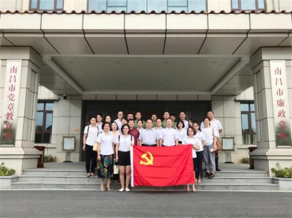 组织党员参观党章教育馆193.jpg
